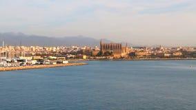 Ciudad en la costa de mar Palma de Majorca, España metrajes