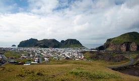 Ciudad en la isla de Heimaey, Islandia Foto de archivo libre de regalías