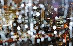 Ciudad en la lluvia y la noche, ¼ ŒJapan de Osakaï Imagen de archivo