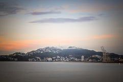 Ciudad en la montaña antes de la salida del sol en el lugar del paraíso en Nueva Zelanda del sur Imágenes de archivo libres de regalías