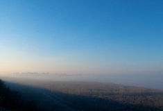 Ciudad en la niebla Foto de archivo libre de regalías