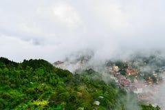 Ciudad en la niebla Foto de archivo