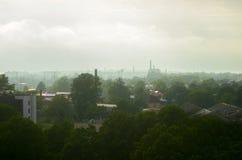 Ciudad en la niebla con una altura Foto de archivo libre de regalías