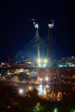 Ciudad en la noche con las luces y el puente cable-permanecido Imágenes de archivo libres de regalías