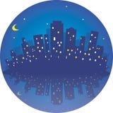Ciudad en la noche Ejemplo redondo del vector con el reflaction Fotografía de archivo libre de regalías