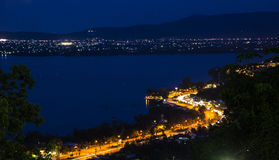 Ciudad en la noche TAILANDIA, SONGKHLA Fotos de archivo