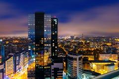 Ciudad en la noche, Tallinn, Estonia de la visión aérea imagen de archivo libre de regalías