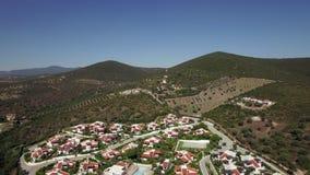 Ciudad en la parte inferior de colinas verdes, aérea almacen de video