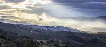 Ciudad en la salida del sol, España de Guadalupe panorámico Foto de archivo