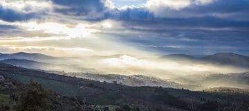 Ciudad en la salida del sol, España de Guadalupe panorámico Imagen de archivo libre de regalías