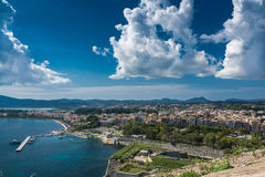Ciudad en la visión panorámica, Grecia de Corfú Imagen de archivo