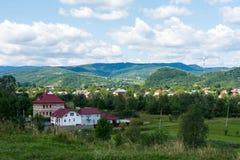 Ciudad en las montañas Imagen de archivo libre de regalías