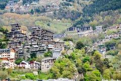 Ciudad en las montañas de los Pirineos. La Vella de Andorra imagenes de archivo