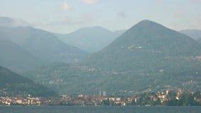 Ciudad en las montañas italianas almacen de metraje de vídeo