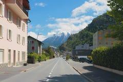 Ciudad en las montañas Vernayaz, Martigny, Suiza Imágenes de archivo libres de regalías