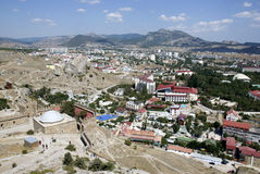 Ciudad en montañas Fotos de archivo libres de regalías