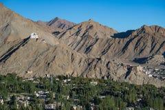 Ciudad en montañas, la India Imagenes de archivo
