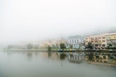 Ciudad en niebla Fotografía de archivo libre de regalías