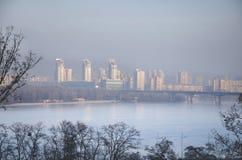 Ciudad en niebla con humo Fotos de archivo libres de regalías