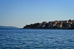 Ciudad en un promontorio en un mar Foto de archivo libre de regalías