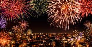 Ciudad entera que celebra con los fuegos artificiales Imágenes de archivo libres de regalías