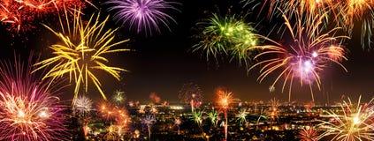 Ciudad entera que celebra el Año Nuevo con los fuegos artificiales Imágenes de archivo libres de regalías
