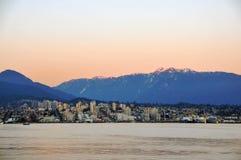 Ciudad entre el océano y la montaña Foto de archivo