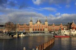 Ciudad escénica de Amsterdam en los Países Bajos con la estación central Foto de archivo libre de regalías