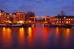 Ciudad escénica de Amsterdam en los Países Bajos en la noche Fotos de archivo