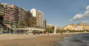 Ciudad española de la costa con un fuerte en una colina imagen de archivo libre de regalías