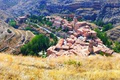 Ciudad española de las montañas en día soleado Albarracin Imagen de archivo libre de regalías