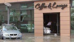 Ciudad europea después de fuertes lluvias metrajes