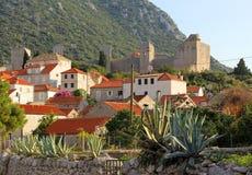 Ciudad europea medieval en montañas Imagenes de archivo