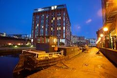 Ciudad europea septentrional moderna en la noche fotos de archivo
