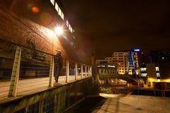 Ciudad europea septentrional moderna en la noche imagenes de archivo