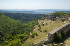 Ciudad-fortaleza medieval en las montañas Imagenes de archivo