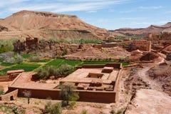Ciudad fortificada a lo largo de la ruta anterior de la caravana entre el Sáhara y la Marrakesh en Marruecos con la cordillera ne fotos de archivo