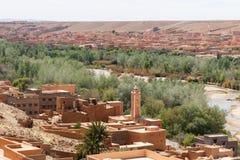 Ciudad fortificada a lo largo de la ruta anterior de la caravana entre el Sáhara y la Marrakesh en Marruecos con la cordillera ne foto de archivo libre de regalías