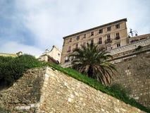 ciudad fortificada medieval con la opinión de las paredes de debajo con el cielo azul Foto de archivo libre de regalías