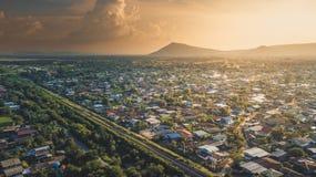 Ciudad grande de la opinión aérea de la foto cerca de la montaña un corte ferroviario con T Imagen de archivo libre de regalías