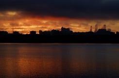 Ciudad grande en la puesta del sol Foto de archivo
