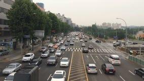Ciudad grande típica del tiro aéreo estático en Asia La gente camina en la calle en rainly el tiempo, alto tráfico almacen de video