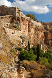 Ciudad griega de Monemvasia con los edificios bizantinos en el lado de una montaña, Grecia imagenes de archivo