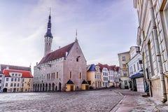 Ciudad Hall Square por la mañana en Tallinn, Estonia Imagen de archivo libre de regalías