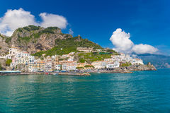 Ciudad hermosa de Amalfi, vista delantera, costa de Amalfi, Campania, Italia Foto de archivo libre de regalías