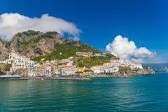 Ciudad hermosa de Amalfi, vista delantera, costa de Amalfi, Campania, Italia Foto de archivo