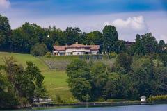 Ciudad Hertenstein en el lago lucerne Foto de archivo libre de regalías