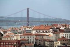 Ciudad histórica de Lisboa y 25ta de April Bridge Panorama, Portugal Imagenes de archivo