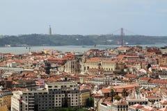 Ciudad histórica de Lisboa y 25ta de April Bridge Panorama, Portugal Foto de archivo libre de regalías