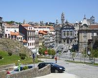 Ciudad histórica de Oporto con DOS Congregados de Igreja de la iglesia imágenes de archivo libres de regalías